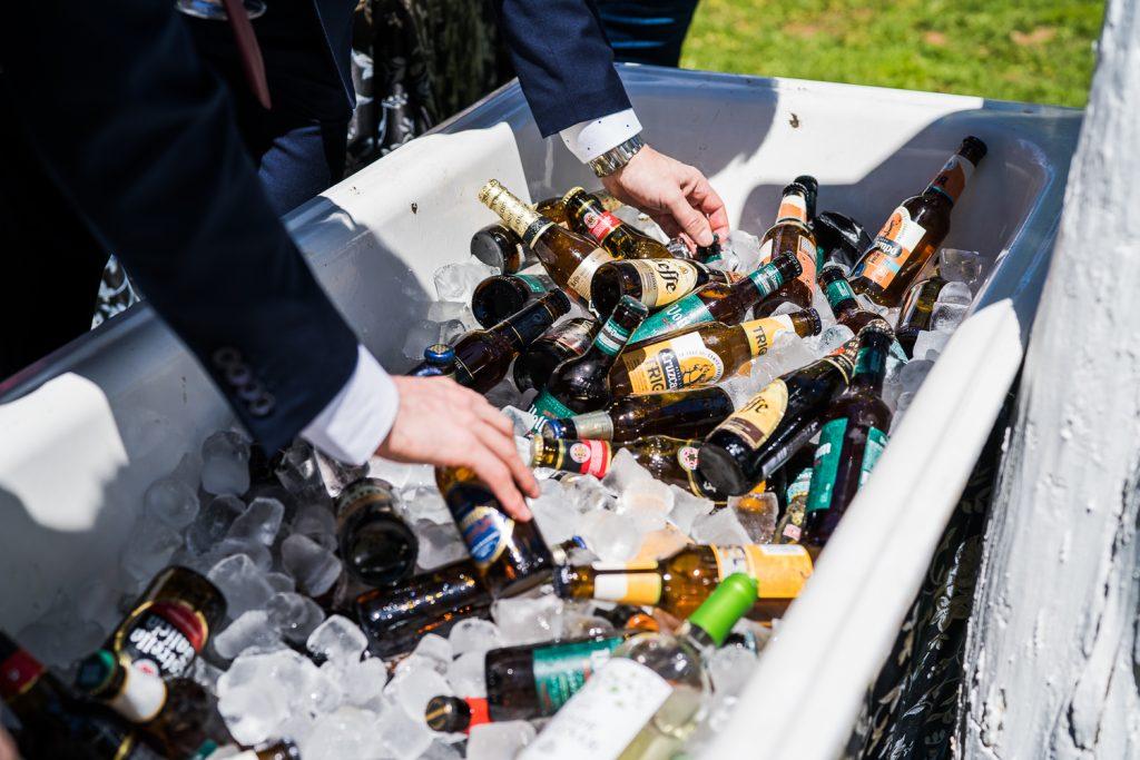 Surtido de cervezas en el cocktail de los novios