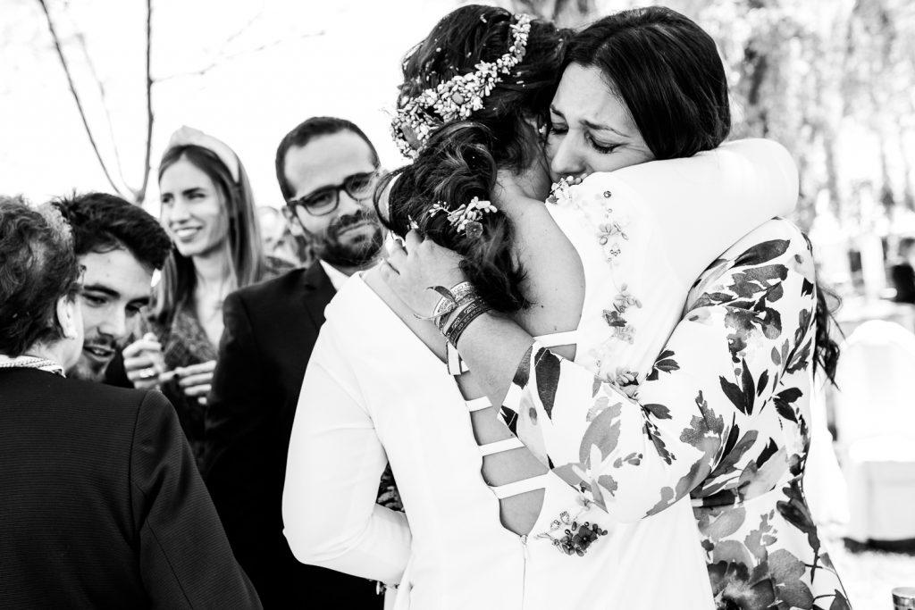 Los abrazos de la amiga de la novia