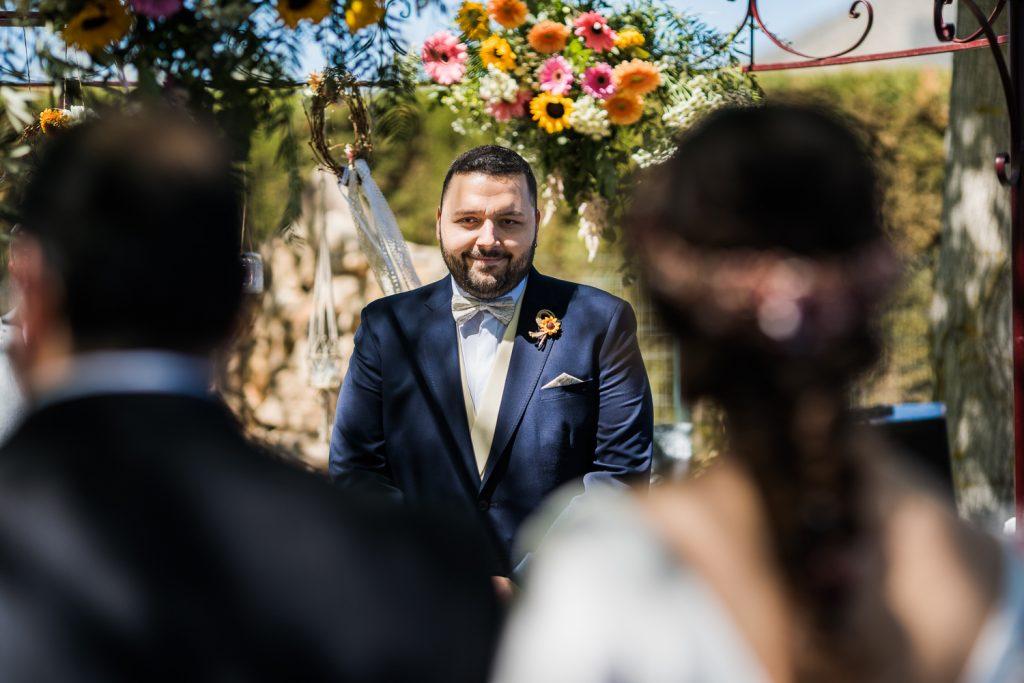 El novio viendo llegar a la novia