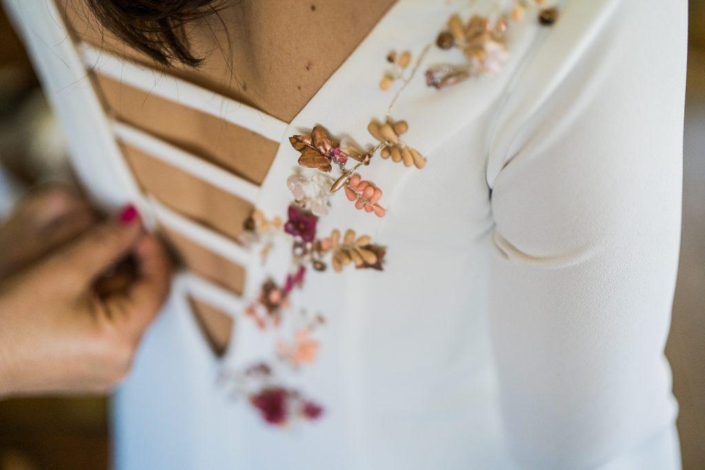 Toques florales para el vestido de la novia